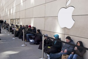 apple-store-customers-line-600x399